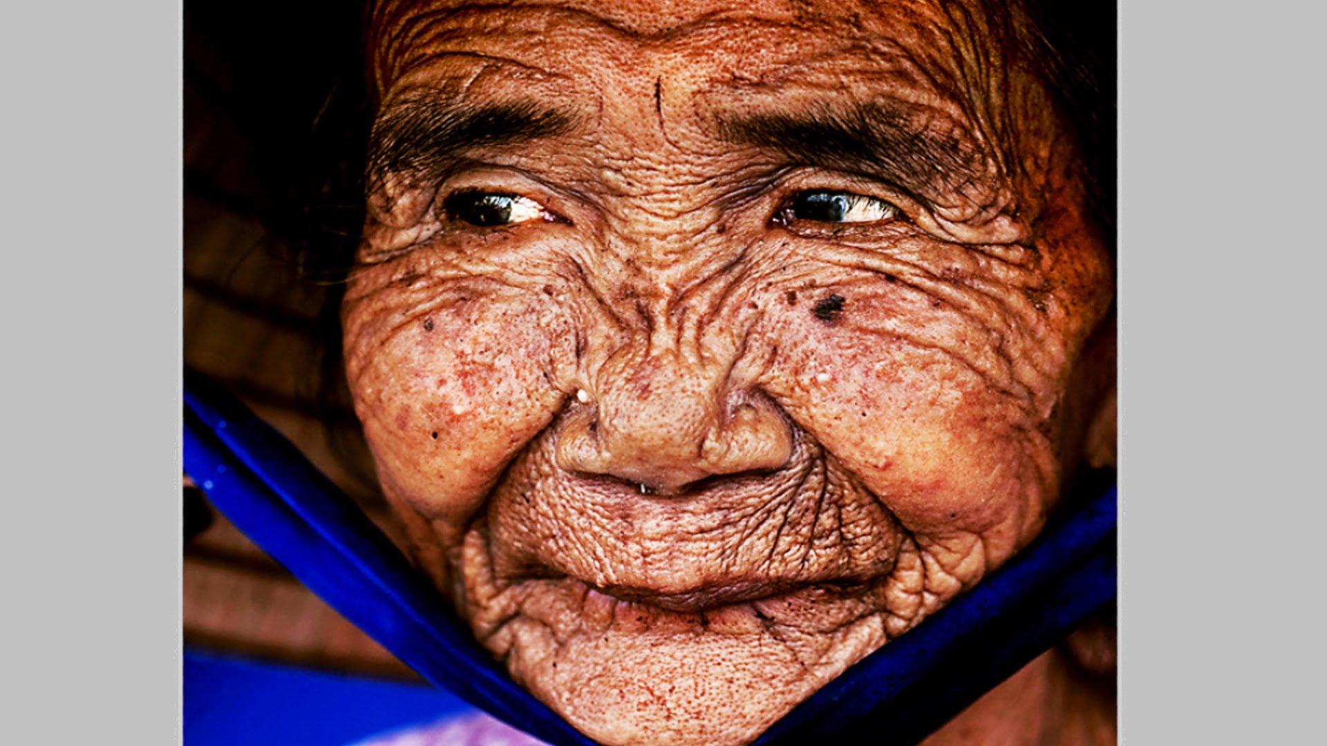 AΠΙΣΤΕΥΤΟ!! ΔΕΙΤΕ πώς αυτή η ηλικιωμένη ΜΕΤΑΜΟΡΦΩΝΕΤΑΙ σε μία ΝΕΑ και ΩΡΑΙΑ γυναίκα στο λεπτό!!