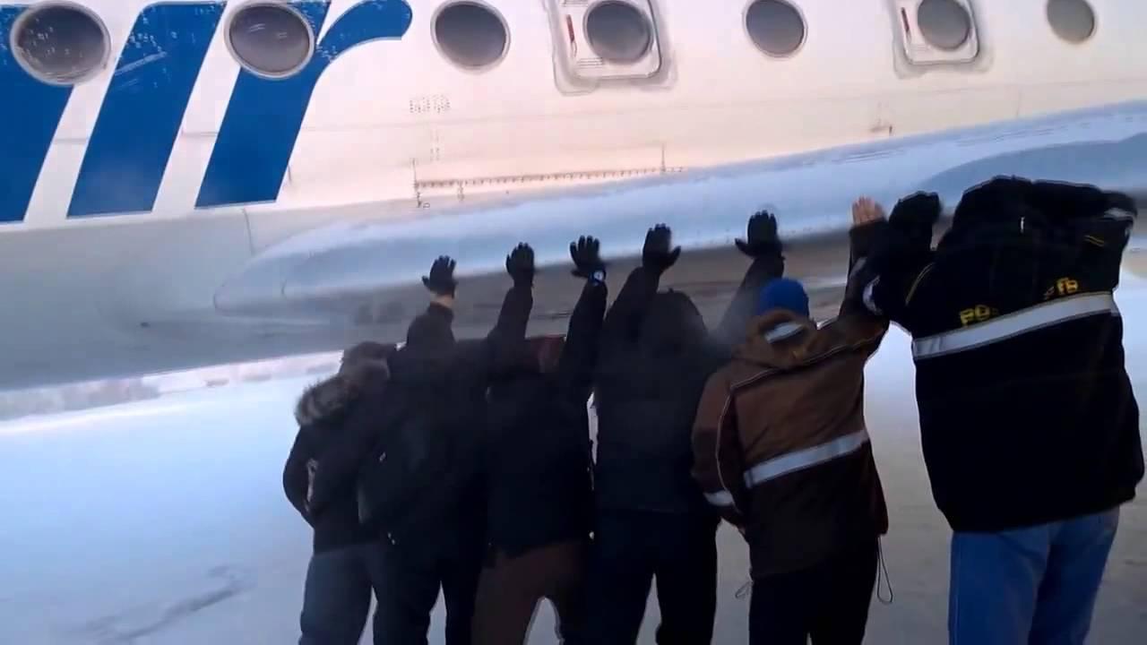 Επιβάτες… σπρώχνουν αεροπλάνο με τα χέρια [βίντεο]