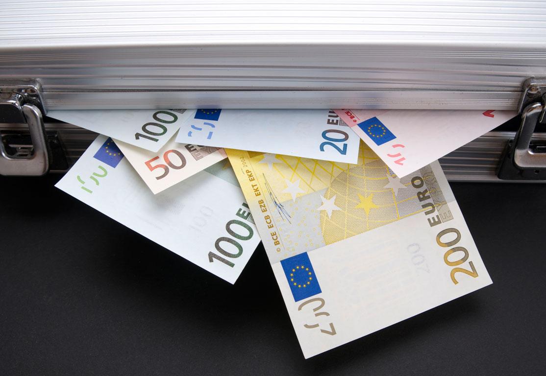 Η πανδημία φούσκωσε τους λογαριασμούς καταθέσεων επιχειρήσεων και νοικοκυριών