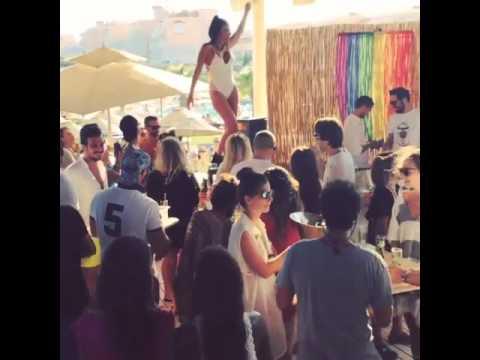 Γονάτισε beach bar στην Τουρκία η Εύη Αδάμ με την σέξι παρουσία της (photos+video)