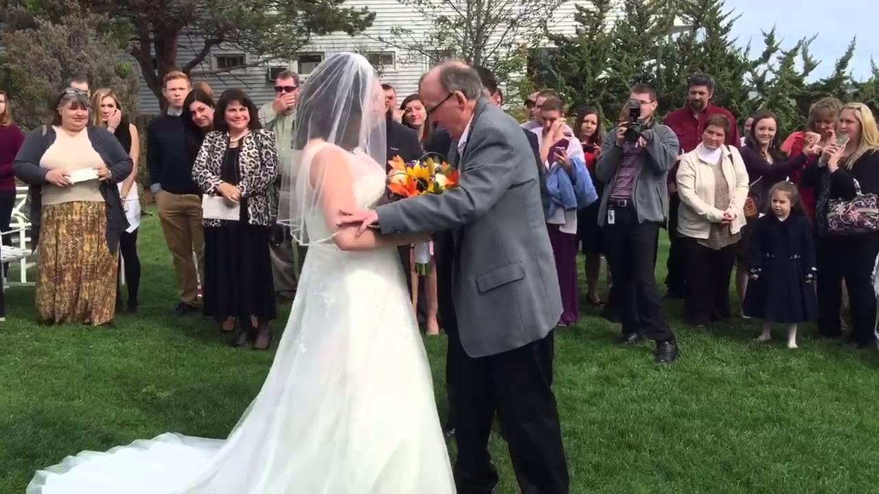 Δάκρυσαν και οι πέτρες! Δείτε τι έκανε στο γάμο της κόρης του! – Video