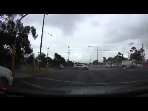 Απίστευτο βίντεο! Κεραυνός χτυπάει αμάξι και… ανοίγει τρύπα στην άσφαλτο! <div class=