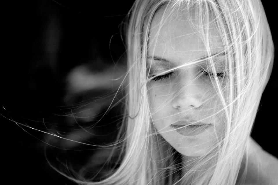 girl-closed-eyes-960x640