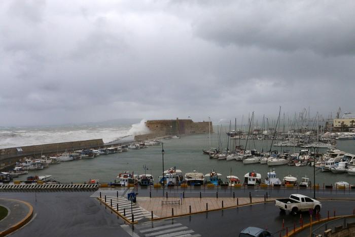 Τεράστια κύματα χτυπούν του φρούριο του Κούλε στο Ηράκλειο Κρήτης , Τρίτη 10 Φεβρουαρίου 2015. Χαμηλές θερμοκρασία, θυελλώδεις άνεμοι, καταιγίδες και χιονοπτώσεις πλήττουν την Κρήτη με την κακοκαιρία να επελαύνει σε ολόκληρη τη χώρα . Η κακοκαιρία έκανε την εμφάνιση της με έντονες βροχοπτώσεις και ισχυρούς ανέμους και στην πόλη του Ηρακλείου που προκάλεσαν ζημιές και πτώσεις δέντρων. ΑΠΕ ΜΠΕ/ΑΠΕ ΜΠΕ/ΣΤΕΦΑΝΟΣ ΡΑΠΑΝΗΣ