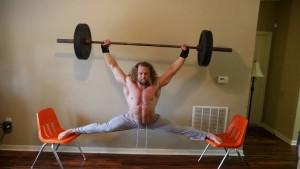 Ποιος Τσακ Νόρις; Κάνει ταυτόχρονα άρση βαρών και σπαγγάτο σε καρέκλες (Video)