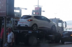 tow-truck-lifting-renault-hatchback