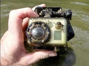 Βρήκε μία κάμερα μέσα στο ποτάμι, το τελευταίο βίντεο που τράβηξε θα σας καταπλήξει