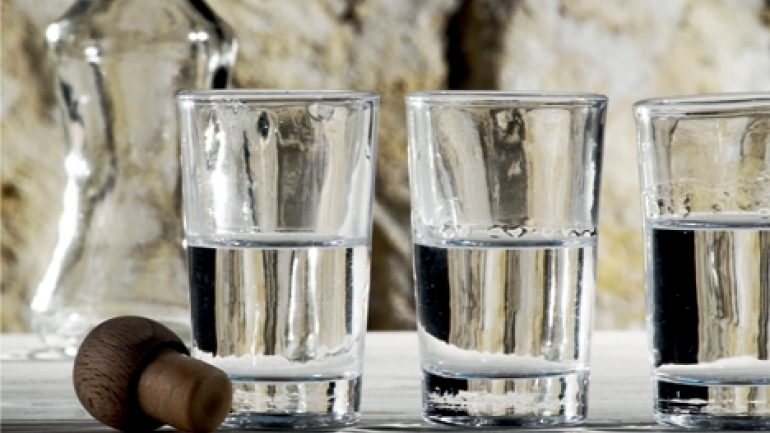 Κοροναϊός : «Κόψτε τα τραπέζια και τις Ρακιές σε σπίτια στην Κρήτη»