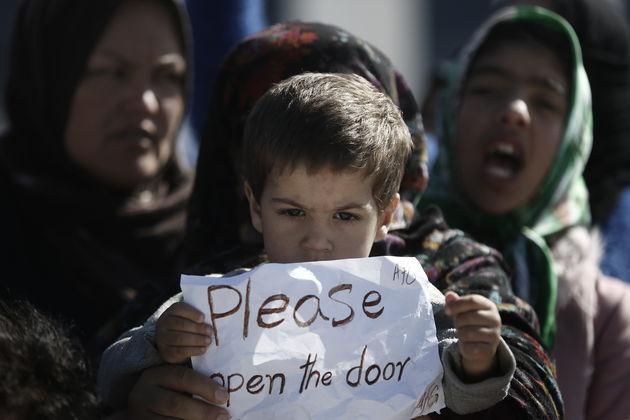Αφγανοί μετανάστες που φιλοξενούνται προσωρινά στο παλιό αεροδρόμιο του Ελληνικού παίρνουν μέρος σε διαμαρτυρία απαιτώντας να ανοίξουν τα σύνορα μεταξύ της Ελλάδος και των Σκοπίων, Αθήνα Πέμπτη 3 Μαρτίου 2016. ΑΠΕ-ΜΠΕ/ΑΠΕ-ΜΠΕ/ΓΙΑΝΝΗΣ ΚΟΛΕΣΙΔΗΣ