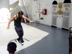 Η θάλασσα είναι αγριεμένη  αλλά ο μερακλής Έλληνας, χορεύει το καλύτερο ζεϊμπέκικο σε γκαζάδικο που κουνιέται στον Ατλαντικό