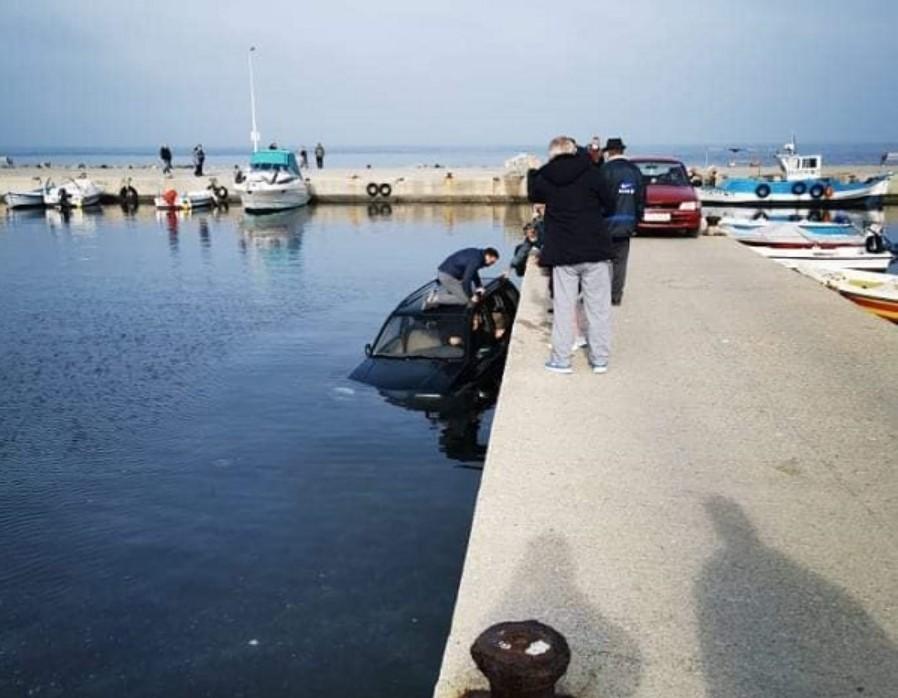 Έκτακτο: Αυτοκίνητο έπεσε στο λιμάνι του Κόκκινου Πύργου