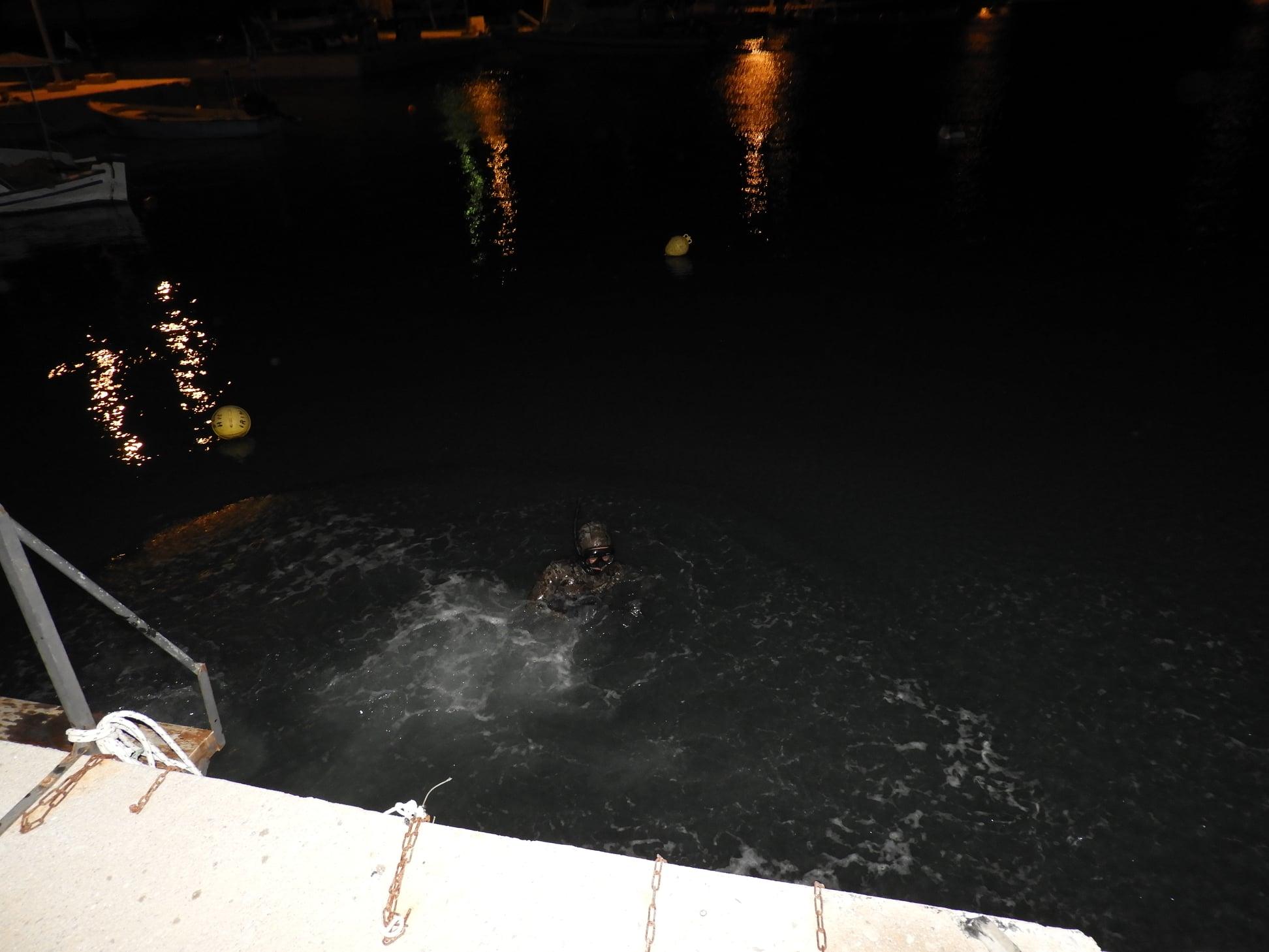 Συγχαρητήρια στον λιμενικό που βούτηξε στα παγωμένα νερά για να σώσει οδηγό στον Κόκκινο Πύργο