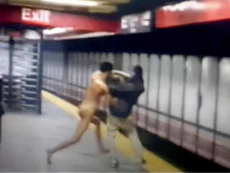 Γυμνός άνδρας έριξε επιβάτη στις ράγες του μετρό και σκοτώθηκε ο ίδιος