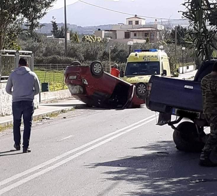 Σφοδρή σύγκρουση οχημάτων έξω από σχολείο στην Κρήτη (εικόνες)