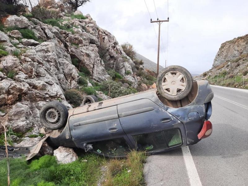 Αυτοκίνητο στην Κρήτη Αναποδογύρισε και κατέληξε στα βράχια (φωτογραφίες)